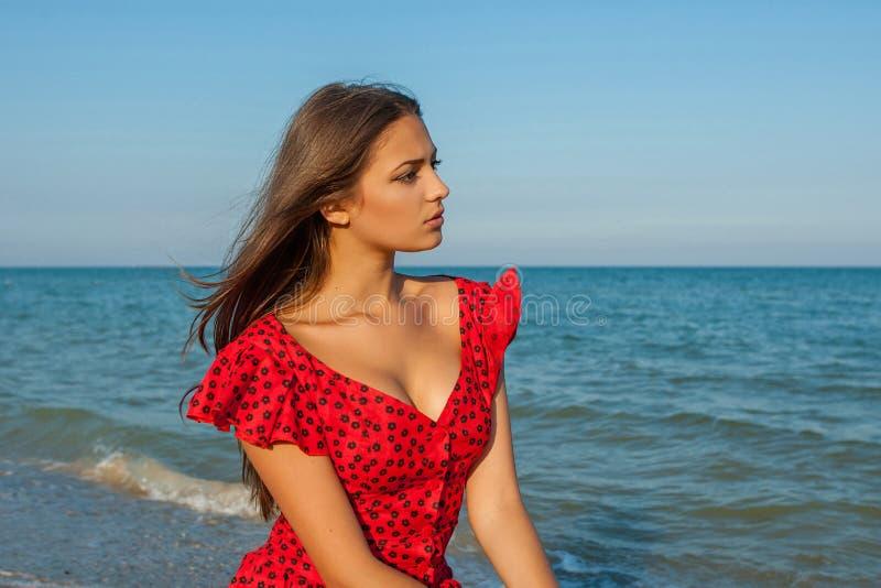 Όμορφη γυναίκα πορτρέτου στην παραλία στοκ φωτογραφία με δικαίωμα ελεύθερης χρήσης