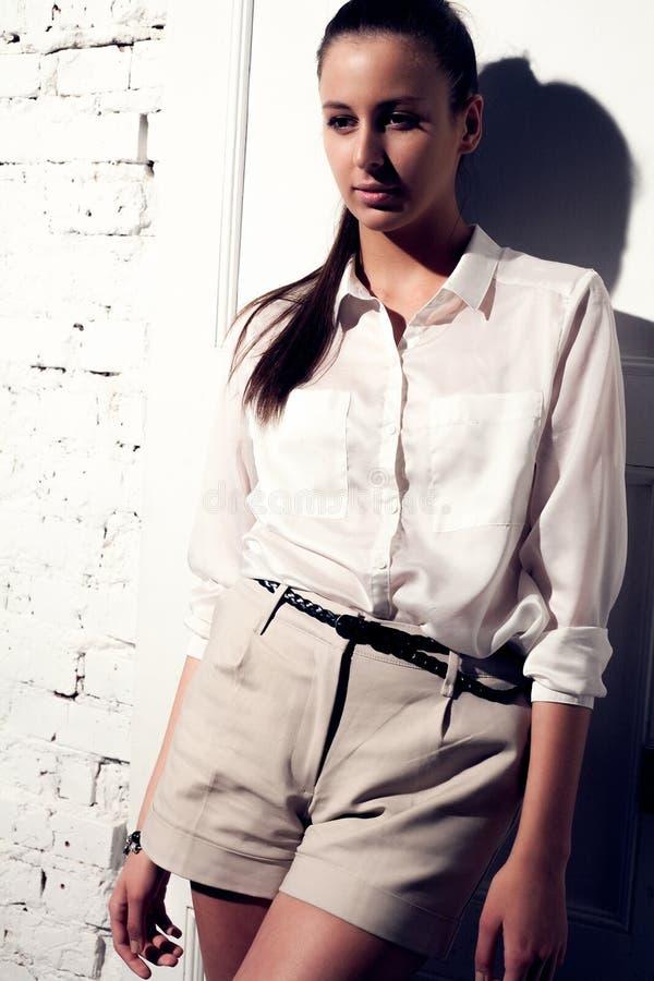 όμορφη γυναίκα πορτρέτου φωτογραφιών μόδας πρότυπη στοκ φωτογραφία
