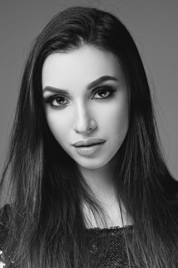 όμορφη γυναίκα πορτρέτου brunette στοκ εικόνες