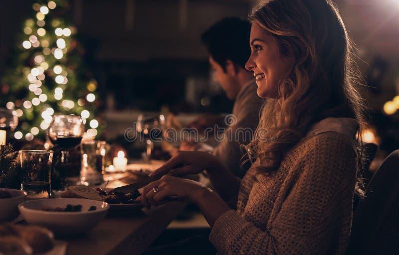 Όμορφη γυναίκα που έχει το γεύμα Χριστουγέννων με την οικογένεια στοκ φωτογραφίες