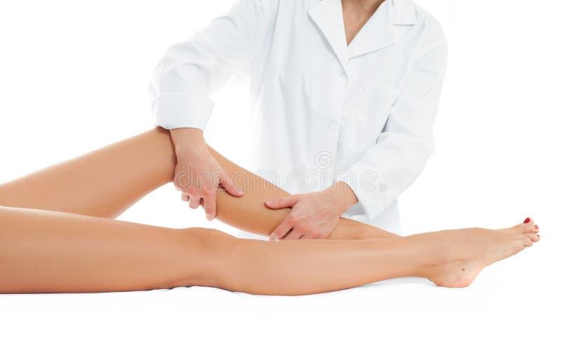 Όμορφη γυναίκα που έχει το πόδι μασάζ στο σαλόνι SPA στοκ εικόνα με δικαίωμα ελεύθερης χρήσης