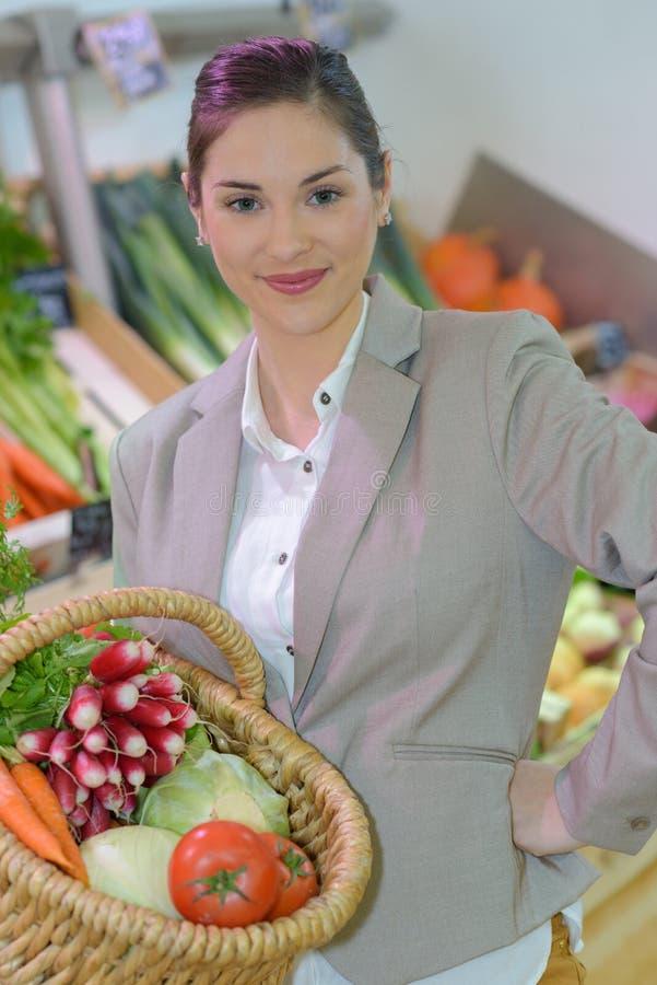 Όμορφη γυναίκα που αγοράζει τα φρέσκα φρούτα και λαχανικά στο παντοπωλείο στοκ φωτογραφίες με δικαίωμα ελεύθερης χρήσης