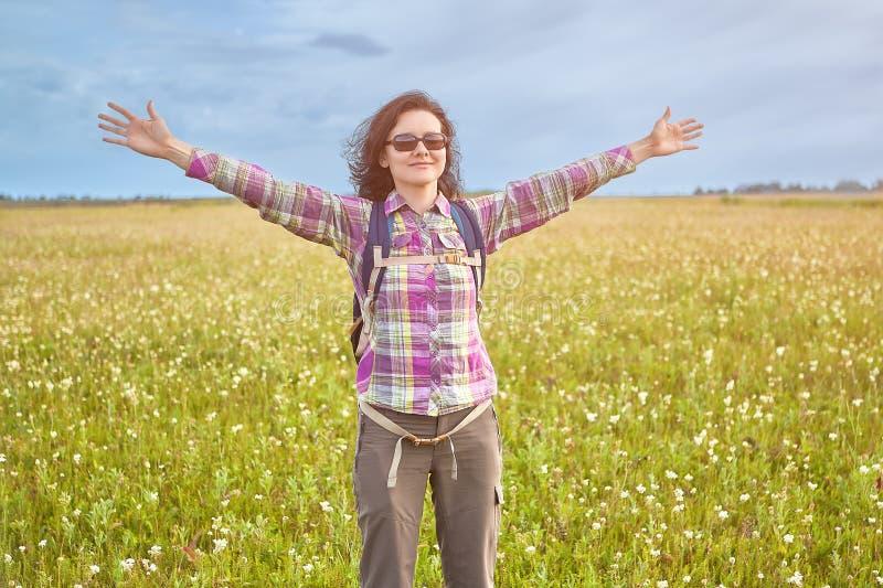 Όμορφη γυναίκα που απολαμβάνει διακοπές χωρών στοκ εικόνα με δικαίωμα ελεύθερης χρήσης