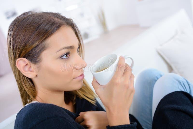 Όμορφη γυναίκα που απολαμβάνει τον καφέ μυρωδιάς το πρωί στοκ φωτογραφίες