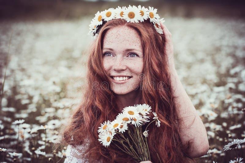 Όμορφη γυναίκα που απολαμβάνει τον τομέα, έννοια αρμονίας στοκ φωτογραφίες με δικαίωμα ελεύθερης χρήσης