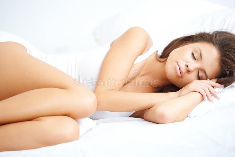 Όμορφη γυναίκα που απολαμβάνει έναν ειρηνικό ύπνο στοκ εικόνες