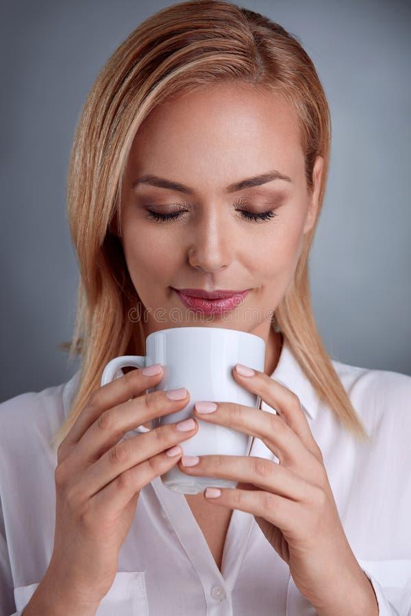 Όμορφη γυναίκα που απολαμβάνει στον καφέ στοκ φωτογραφία