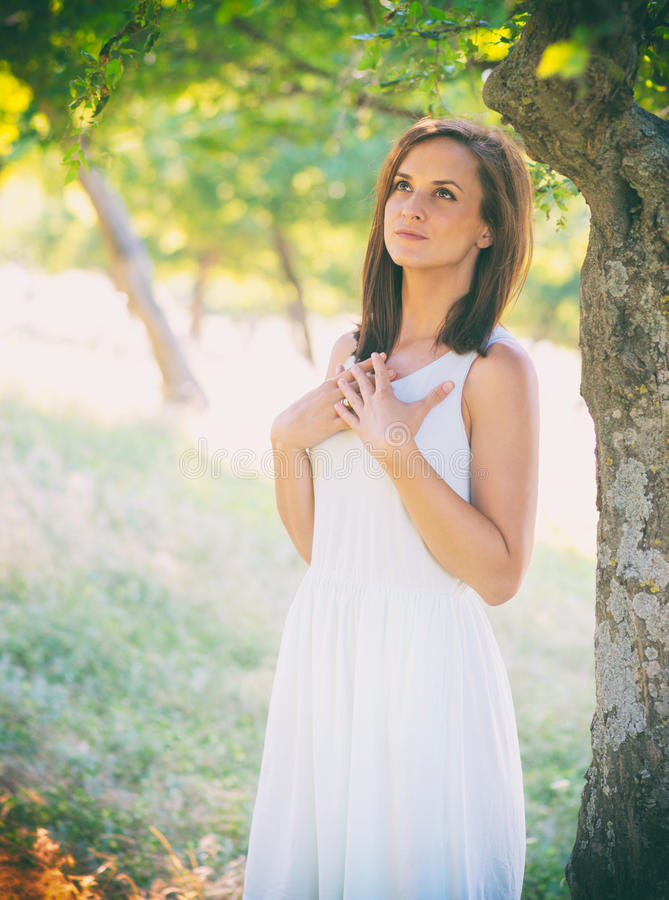 Όμορφη γυναίκα που απολαμβάνει τη φύση με ευρύ ανοικτό ματιών στοκ φωτογραφία