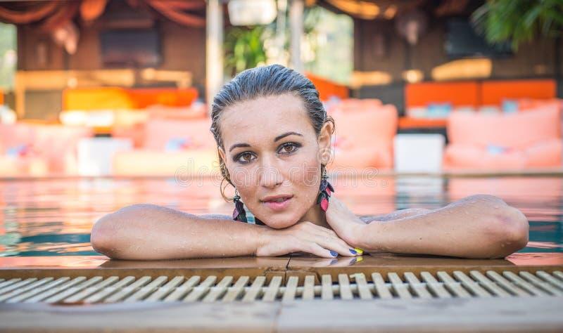 Download Όμορφη γυναίκα που βγαίνει τη λίμνη Στοκ Εικόνα - εικόνα από πορτρέτο, μοντέλο: 62705807
