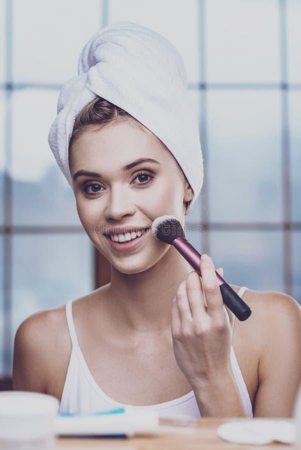 Όμορφη γυναίκα που εξετάζει την στον καθρέφτη στοκ εικόνες με δικαίωμα ελεύθερης χρήσης