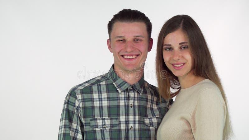 Όμορφη γυναίκα που επιδεικνύει το friendzone με τον αρσενικό φίλο της στοκ εικόνες