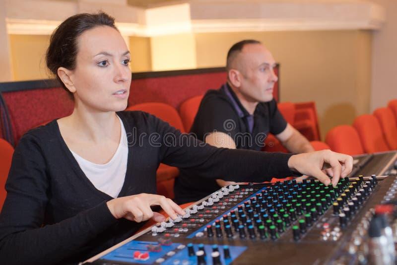 Όμορφη γυναίκα που εργάζεται ως ραδιο DJ ζωντανό στο στούντιο στοκ φωτογραφία με δικαίωμα ελεύθερης χρήσης