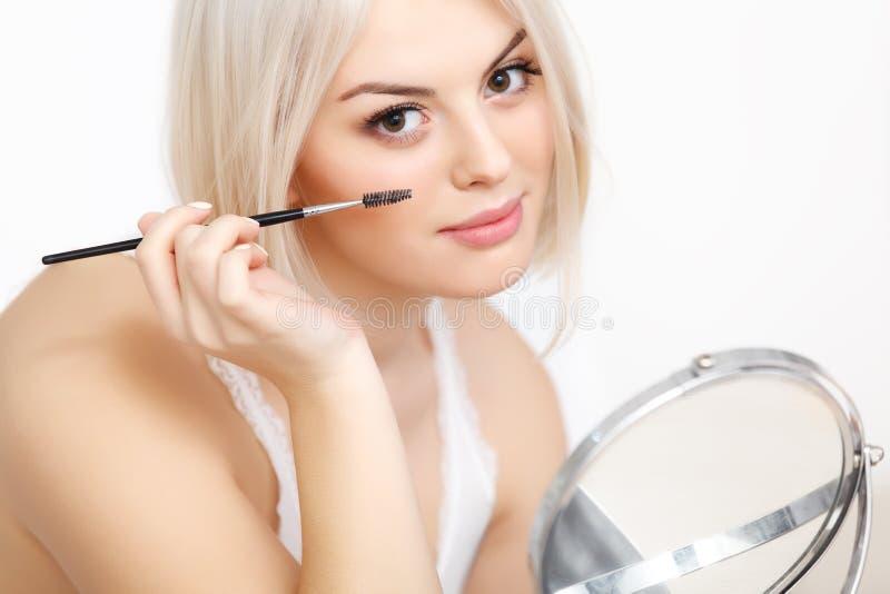 Όμορφη γυναίκα που εφαρμόζει Mascara σε Eyelashes. Μάτι Makeup στοκ φωτογραφία με δικαίωμα ελεύθερης χρήσης