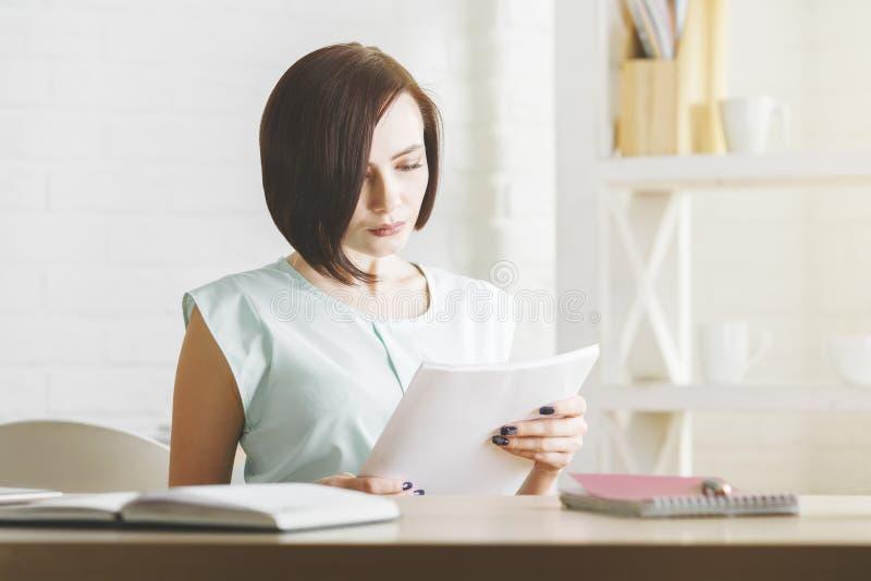 Όμορφη γυναίκα που κάνει τη γραφική εργασία στοκ εικόνα
