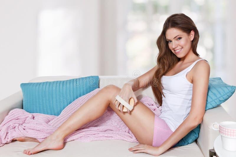 Όμορφη γυναίκα που κάνει τη φροντίδα δέρματος στοκ εικόνα με δικαίωμα ελεύθερης χρήσης
