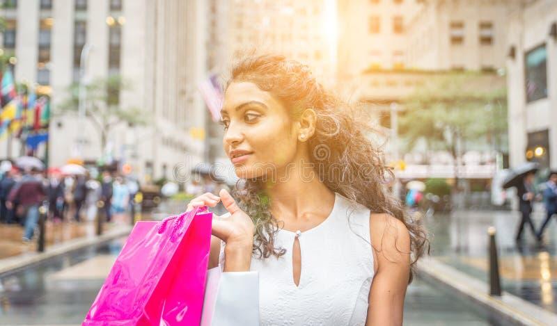 Όμορφη γυναίκα που κάνει τις αγορές στην πόλη της Νέας Υόρκης στοκ εικόνα
