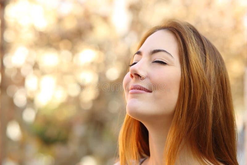 Όμορφη γυναίκα που κάνει τις ασκήσεις αναπνοής με ένα υπόβαθρο φθινοπώρου στοκ φωτογραφία με δικαίωμα ελεύθερης χρήσης