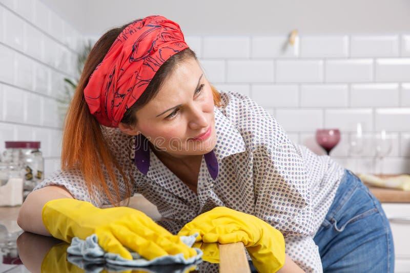 Όμορφη γυναίκα που κάνει τις μικροδουλειές σπιτιών της στο σπίτι στοκ εικόνα με δικαίωμα ελεύθερης χρήσης