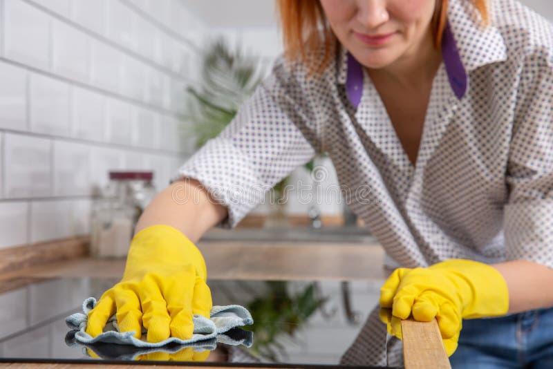 Όμορφη γυναίκα που κάνει τις μικροδουλειές σπιτιών της στο σπίτι στοκ εικόνες με δικαίωμα ελεύθερης χρήσης