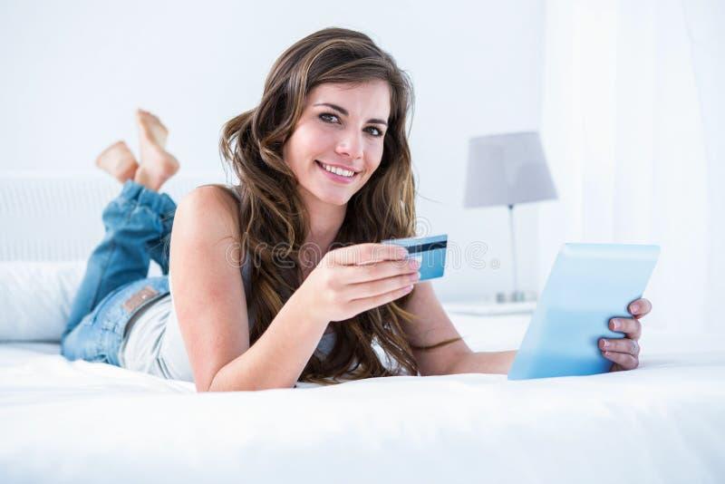 Όμορφη γυναίκα που κάνει on-line να ψωνίσει με το PC ταμπλετών της στοκ εικόνες με δικαίωμα ελεύθερης χρήσης