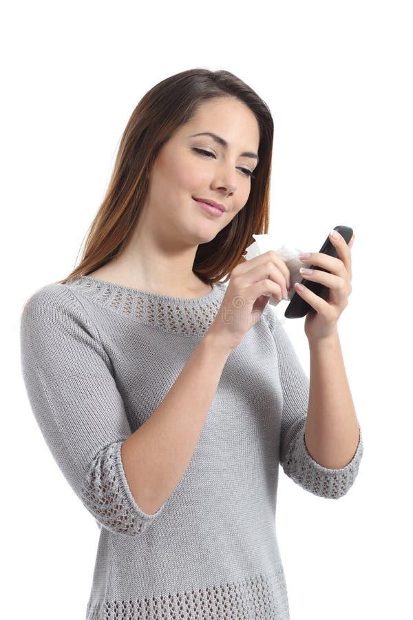 Όμορφη γυναίκα που καθαρίζει την έξυπνη τηλεφωνική οθόνη της στοκ φωτογραφίες με δικαίωμα ελεύθερης χρήσης