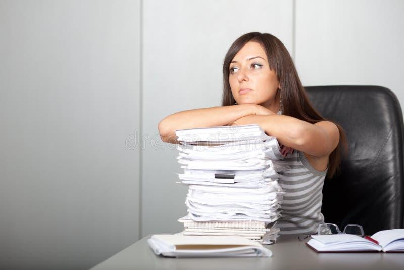 Όμορφη γυναίκα που κοιτάζει ονειρεμένα στο γραφείο στοκ φωτογραφίες με δικαίωμα ελεύθερης χρήσης