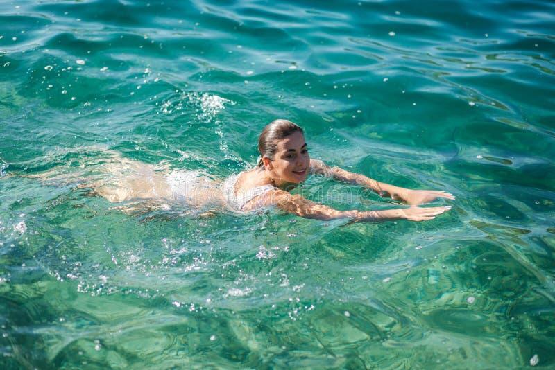 Όμορφη γυναίκα που κολυμπά στη θάλασσα Αθλητισμός Moring στοκ εικόνα