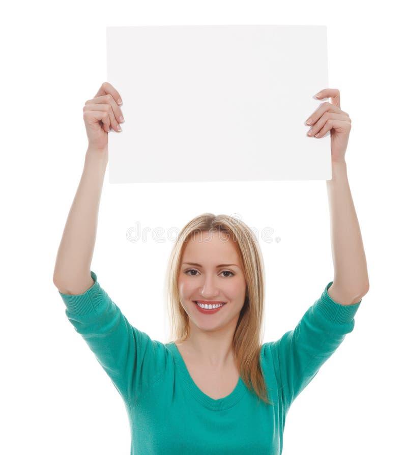 Όμορφη γυναίκα που κρατά ένα κενό χαρτόνι στοκ εικόνες