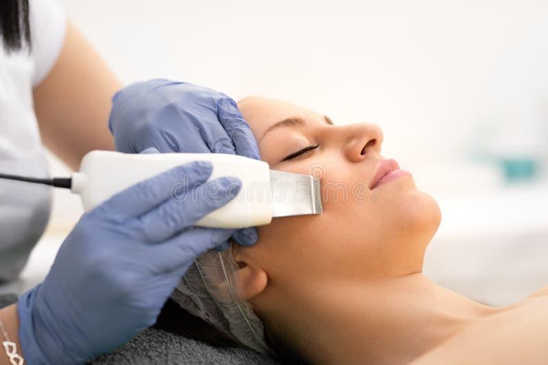 Όμορφη γυναίκα που λαμβάνει να καθαρίσει δερμάτων τη διαδικασία cosmetologically στην κλινική στοκ εικόνες με δικαίωμα ελεύθερης χρήσης