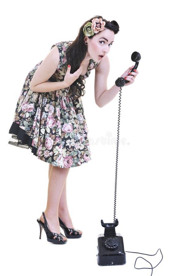Όμορφη γυναίκα που μιλά τηλεφωνικώς στοκ φωτογραφία με δικαίωμα ελεύθερης χρήσης