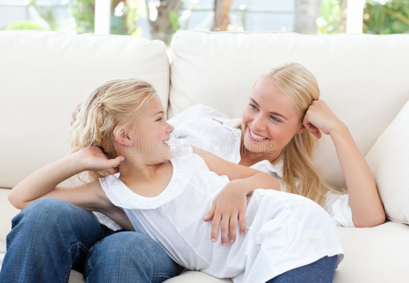 Όμορφη γυναίκα που ξαπλώνει με την κόρη της στοκ εικόνα με δικαίωμα ελεύθερης χρήσης