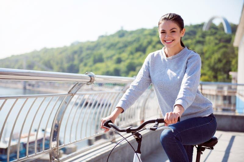 Όμορφη γυναίκα που οδηγά στο ποδήλατο στοκ φωτογραφία