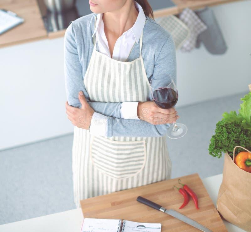 Όμορφη γυναίκα που πίνει κάποιο κρασί στο σπίτι στην κουζίνα στοκ εικόνες με δικαίωμα ελεύθερης χρήσης
