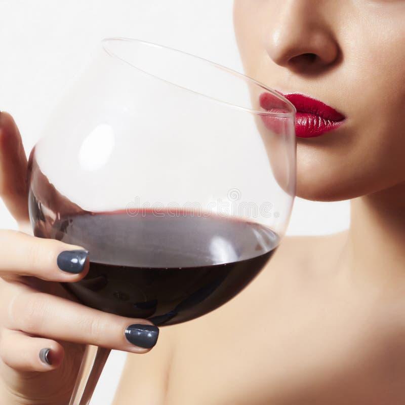 Όμορφη γυναίκα που πίνει τα κόκκινα χείλια wine.wineglass.red στοκ εικόνες