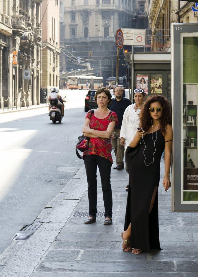 Όμορφη γυναίκα που περιμένει στη στάση λεωφορείου στοκ φωτογραφίες