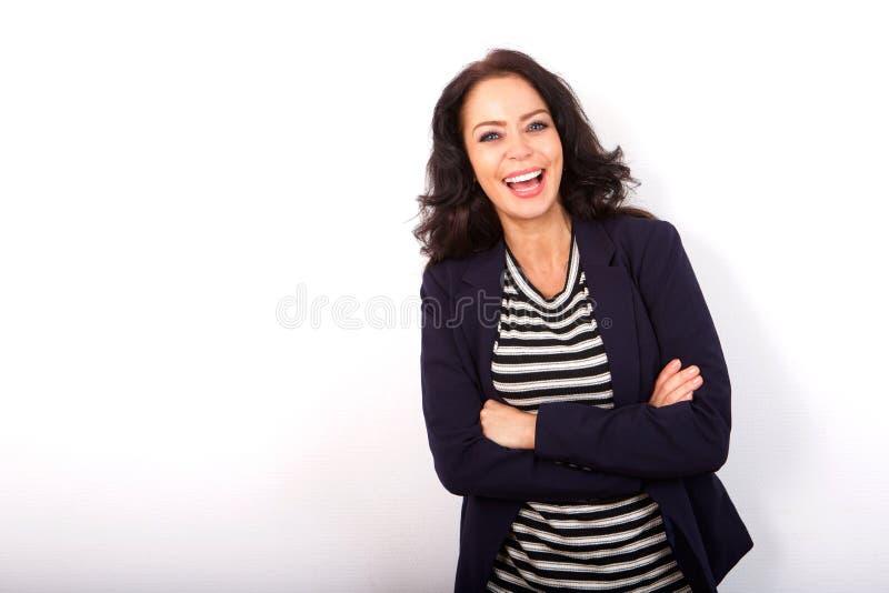 Όμορφη γυναίκα που στέκεται με τα όπλα που διασχίζονται στοκ εικόνες