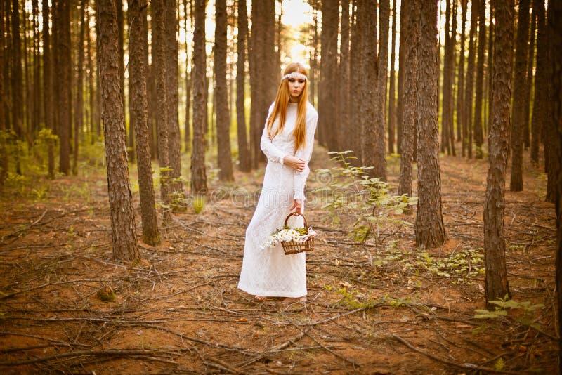 Όμορφη γυναίκα που στέκεται στο δάσος στοκ εικόνες