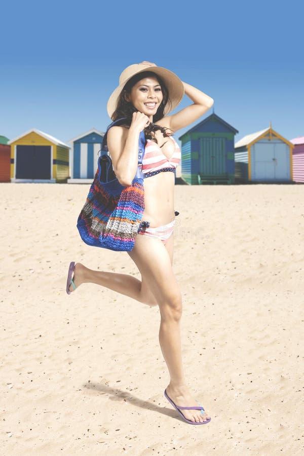 Όμορφη γυναίκα που τρέχει κοντά στο εξοχικό σπίτι στοκ εικόνα με δικαίωμα ελεύθερης χρήσης