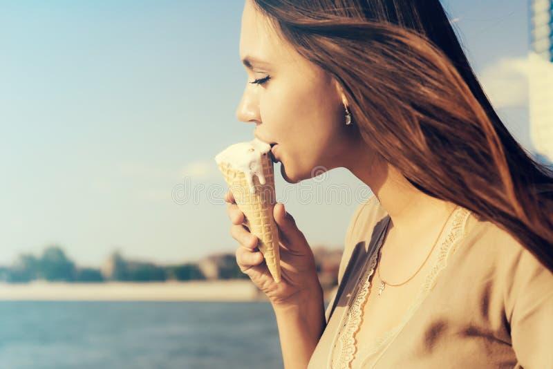 Όμορφη γυναίκα που τρώει το παγωτό πέρα από το ωκεάνιο υπόβαθρο νερού θάλασσας, SE στοκ φωτογραφίες με δικαίωμα ελεύθερης χρήσης