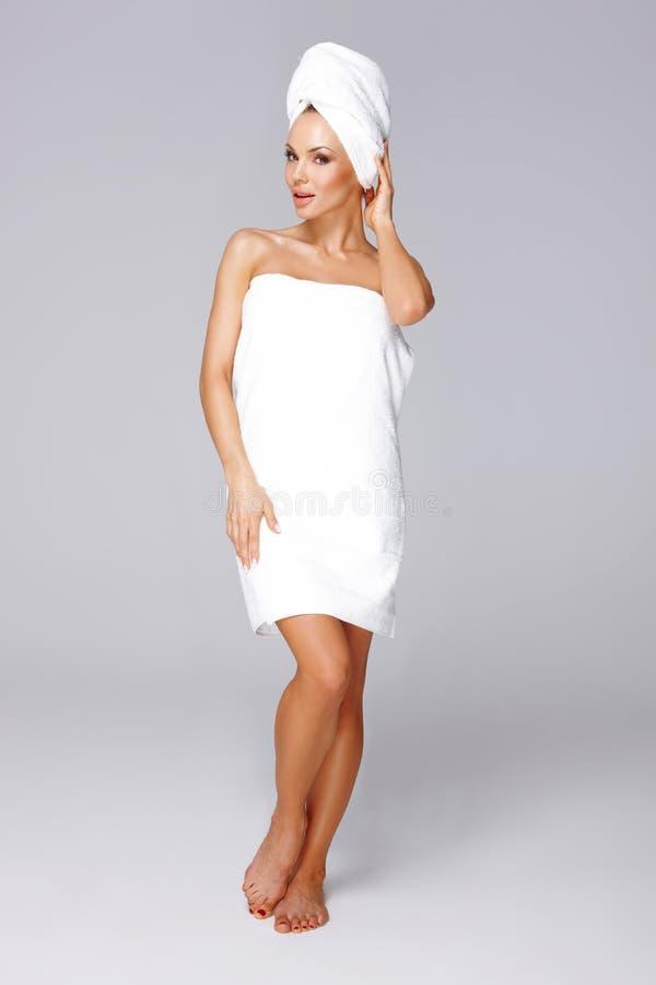 Όμορφη γυναίκα που τυλίγεται σε μια πετσέτα στοκ εικόνες