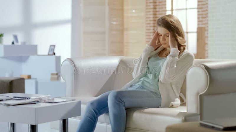 Όμορφη γυναίκα που υφίσταται τον πονοκέφαλο, που ανησυχεί για τα προβλήματα, ημικρανία στα pms στοκ φωτογραφία με δικαίωμα ελεύθερης χρήσης