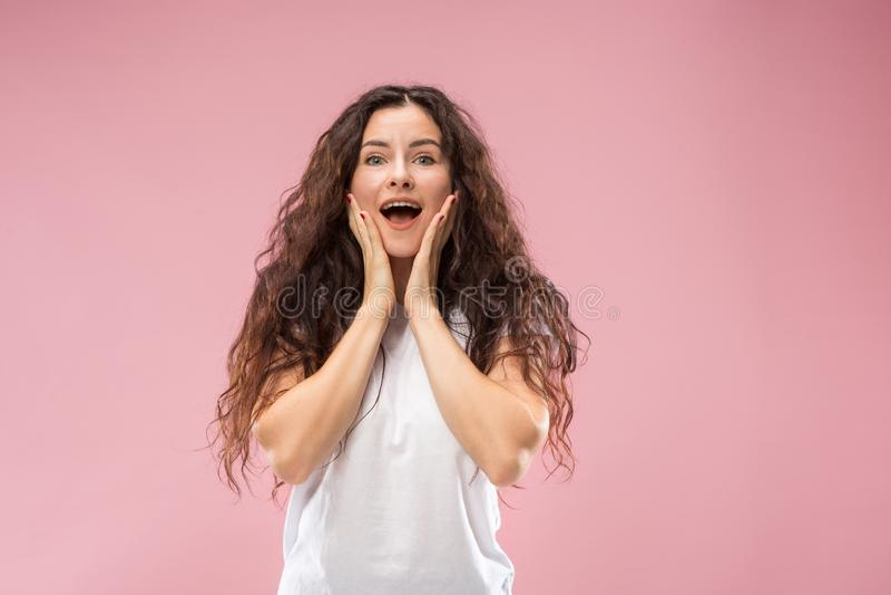 Όμορφη γυναίκα που φαίνεται έκπληκτη απομονωμένος στο ροζ στοκ εικόνα με δικαίωμα ελεύθερης χρήσης