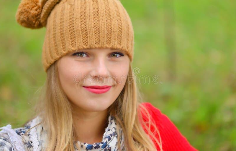 Όμορφη γυναίκα που φορά το καπέλο και το μαντίλι το φθινόπωρο στοκ φωτογραφίες