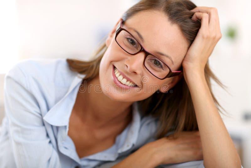 Όμορφη γυναίκα που φορά eyeglasses στοκ φωτογραφίες με δικαίωμα ελεύθερης χρήσης