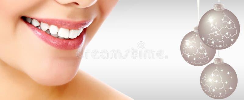 Όμορφη γυναίκα που χαμογελά σε ένα γκρίζο κλίμα στοκ εικόνες