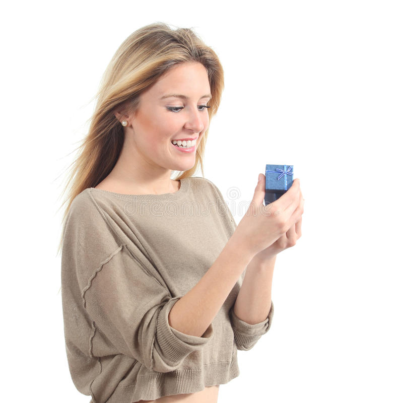 Όμορφη γυναίκα που χαμογελά και που ανοίγει ένα κιβώτιο δώρων στοκ φωτογραφία με δικαίωμα ελεύθερης χρήσης