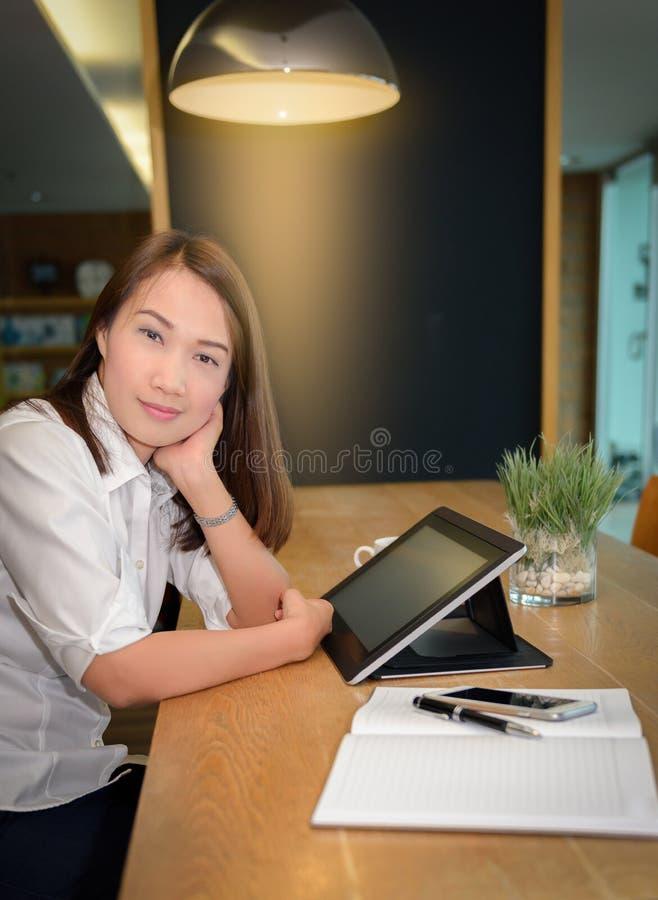 Όμορφη γυναίκα που χρησιμοποιεί την ταμπλέτα που ψάχνει τις πληροφορίες στοκ φωτογραφίες με δικαίωμα ελεύθερης χρήσης