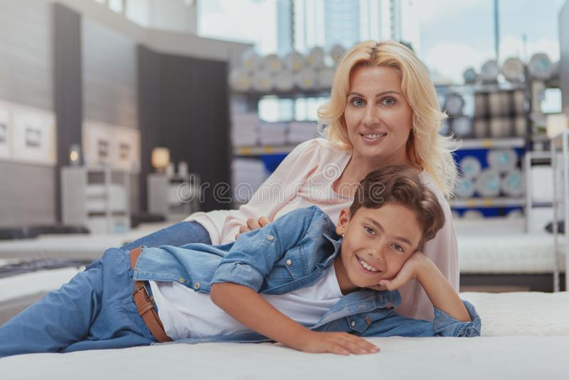 Όμορφη γυναίκα που ψωνίζει για τα έπιπλα με την λίγος γιος στοκ φωτογραφίες