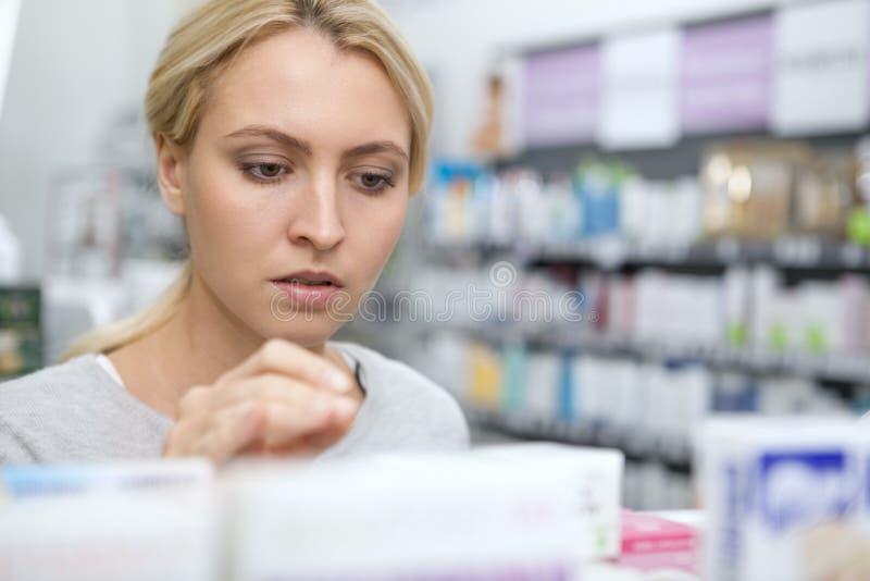 Όμορφη γυναίκα που ψωνίζει για την ιατρική στοκ φωτογραφία