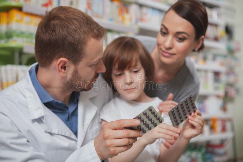 Όμορφη γυναίκα που ψωνίζει στο φαρμακείο με την λίγος γιος στοκ φωτογραφία με δικαίωμα ελεύθερης χρήσης